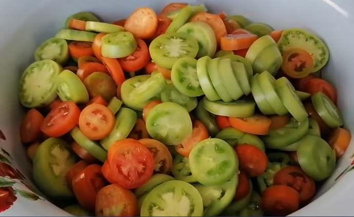 складываем помидоры в миску