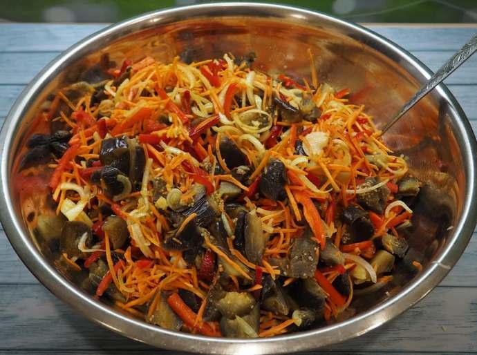 овощи в тазу с баклажанами