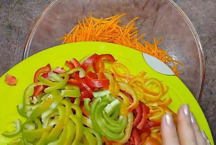 морковь и перец в миске соединяем