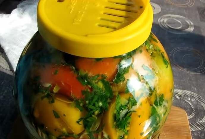 накрываем помидоры крышкой
