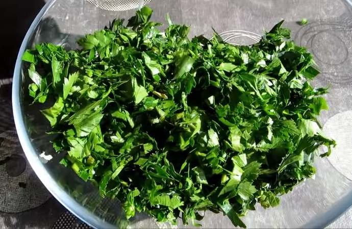чеснок и зелень в миске